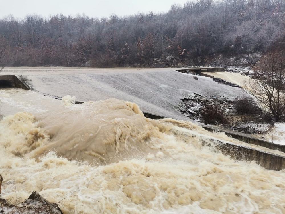Kosova'da son 3 gündür aralıksız devam etmekte olan şiddetli yağışlar hayatı olumsuz etkiledi.