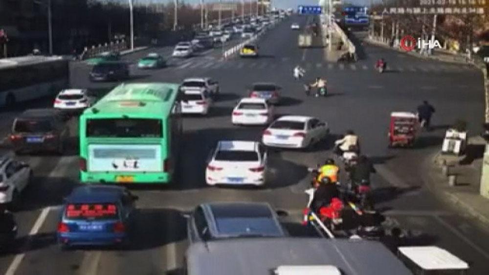 Çin'de 4 yaşındaki çocuk seyir halindeki aracın bagajından düştü