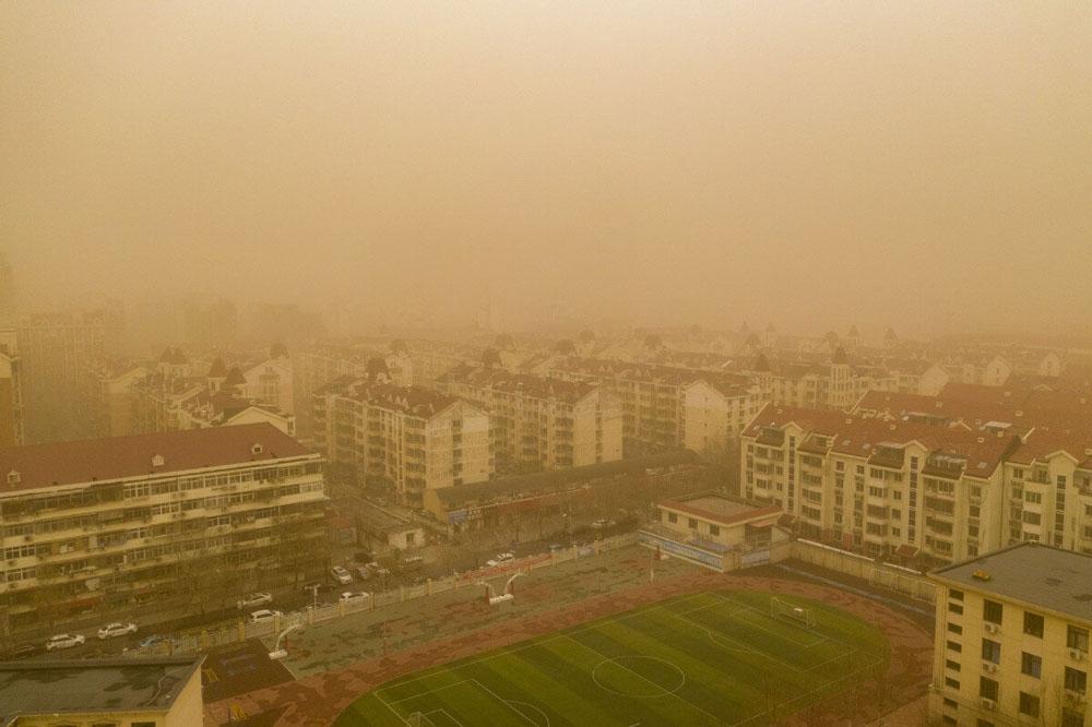 Çin'de şiddetli kum fırtınasında gökyüzü sarı renge büründü