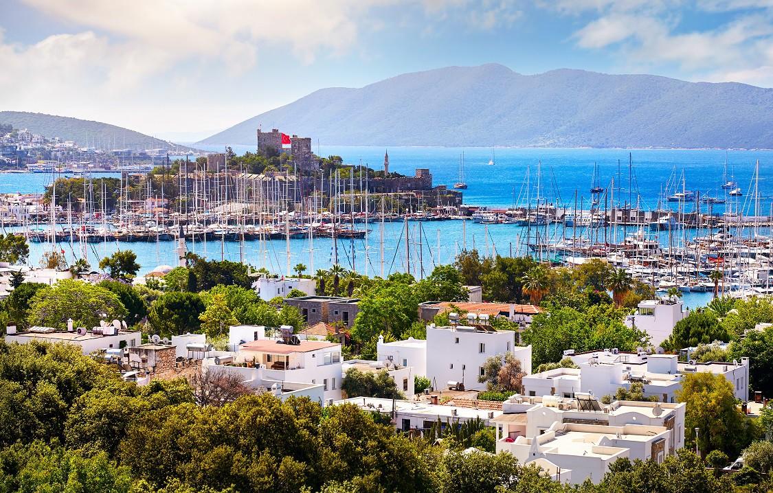 MUHTEŞEM ÜÇLÜ: ÇEŞME, BODRUM, KUŞADASI Antalya'dan sonra bir diğer ziyaret noktası Çeşme ve Alaçatı. Bu bölge öylesine canlı ki, rüzgâr sörfü yapmak isteyene de kültür turlarına katılmayı arzu edenlere de pek çok seçenek sunuyor. (Fotoğraf: Bodrum)
