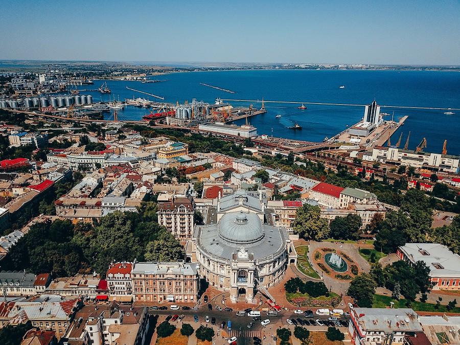 Ukrayna ise başkenti Kiev, UNESCO kültür mirası şehirlerinden Lviv ve liman kenti Odessa ile seyahat severlerin gözdesi. Her üç şehir de tarih ve kültür tatili yapmak isteyenler için birbirinden güzel binaları, caddeleri, alışveriş alanlarıyla keşfedilmeyi bekliyor. (Fotoğraf: Odessa)