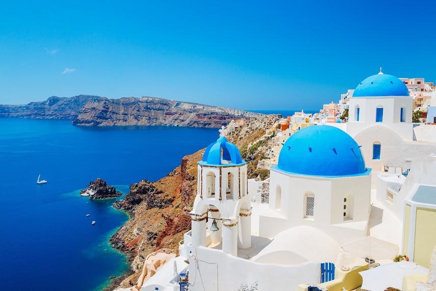 Santorini ise diğer bir ada rotası. Kaldera'nın sunduğu eşsiz gün batımı manzarası ve beyaz badanalı evleriyle ünlü adada unutulmayacak bir tatil deneyimi yaşayabilirsiniz. İzmir'in gözde tatil beldesi Çeşme'nin tam karşısında yer alan Sakız, ülkemiz kıyılarına yakınlığı sayesinde oldukça ilgi görüyor. (Fotoğraf: Santorini)