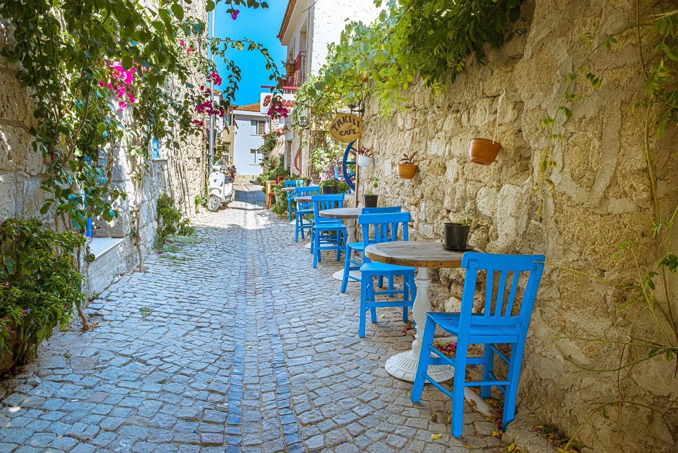 Yakınlığı nedeniyle karşılıklı seferlerin sık olduğu bir diğer ada ise Midilli. Yunan Adaları listesinin son sırasında ise Thassos yer alıyor. Ege'nin kuzeyindeki bu kara parçası keyifli vakit geçirebileceğiniz doğa sporlarına uygun coğrafi çeşitliliği barındırıyor. (Fotoğraf: Çeşme)