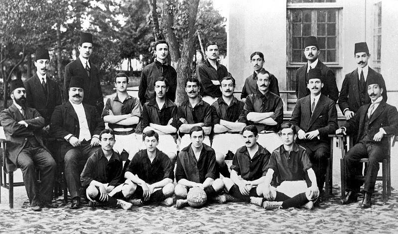 Bu kurumlardan biri olan Galatasaray Lisesi de Mekteb-i Sultani'den  günümüze 150 yıllık öyküsüne bir göz atınca kıyafetlerden, birbirlerine gösterdikleri özene kadar önemli verilere sahip.