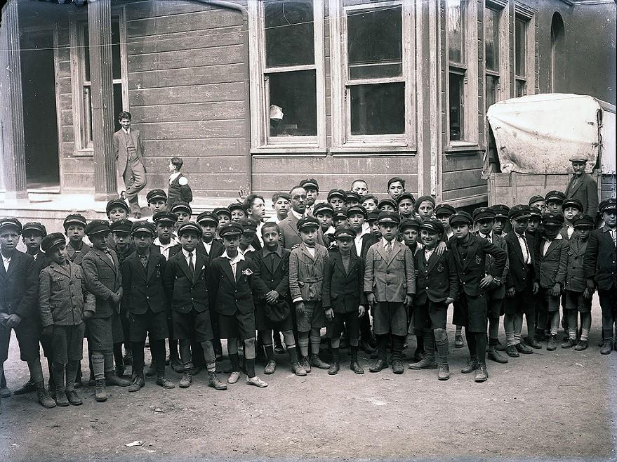 Fotoğraftaki genç öğrencilerin şapkası, o dönemde ilkokul öğrencilerin en önemli aksesuarı olarak dikkat çekiyor.