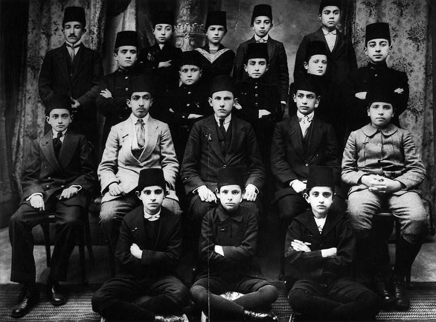 Küratörlüğünü İzzeddin Çalışlar'ın üstlendiği sergi, Galatasaray Üniversitesi Kültür ve Sanat Merkezi Koleksiyonu ve Galatasaray Üniversitesi Galatasaray Lisesi Arşivi ile mezunların koleksiyonlarından derlenen fotoğraf, film, efemera ve mektebin farklı dönemlerinde kullanılmış objeler gibi çeşitli orijinal malzemelerden oluştu.