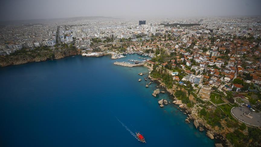 Yurt içinde tatil yapacakların öncelikli tercihi Antalya oluyor. Su kaydırağı / aquapark, animasyon, çocuk kulübü, çocuk bakımı hizmetleri ve kum plaj seçenekleriyle çocuklu ailelerin gözdesi olan Side, Belek, Lara ve Alanya, bu bayramda da en çok tercih edilen lokasyonların başında geliyor. (Fotoğraf: Antalya)