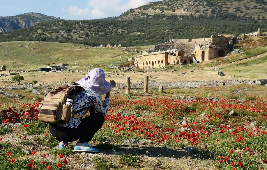 UNESCO Dünya Kültür Mirası Listesi'nde yer alan Pamukkale Hierapolis Antik Kenti'ndeki bin 800 yıllık antik tiyatro, ziyaretçilerini bekliyor. Bölgeye gelen turistler, beyaz travertenler, antik havuz ve antik kentin yanı sıra antik tiyatroya da oldukça yoğun ilgi gösteriyor.