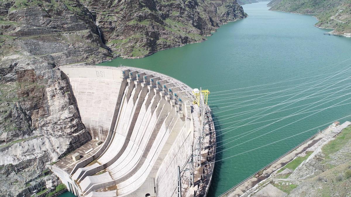 Ülkenin enerji üretmek üzere kurulan, nehir tipi tesislerinden, en büyük HES'i olan ve Fırat Nehri üzerinde kurulu bulunan Atatürk Barajı, bütün ünitelerinin devreye alındığı 1 Aralık 1993'te tam kapasiteyle elektrik üretmeye başladı.