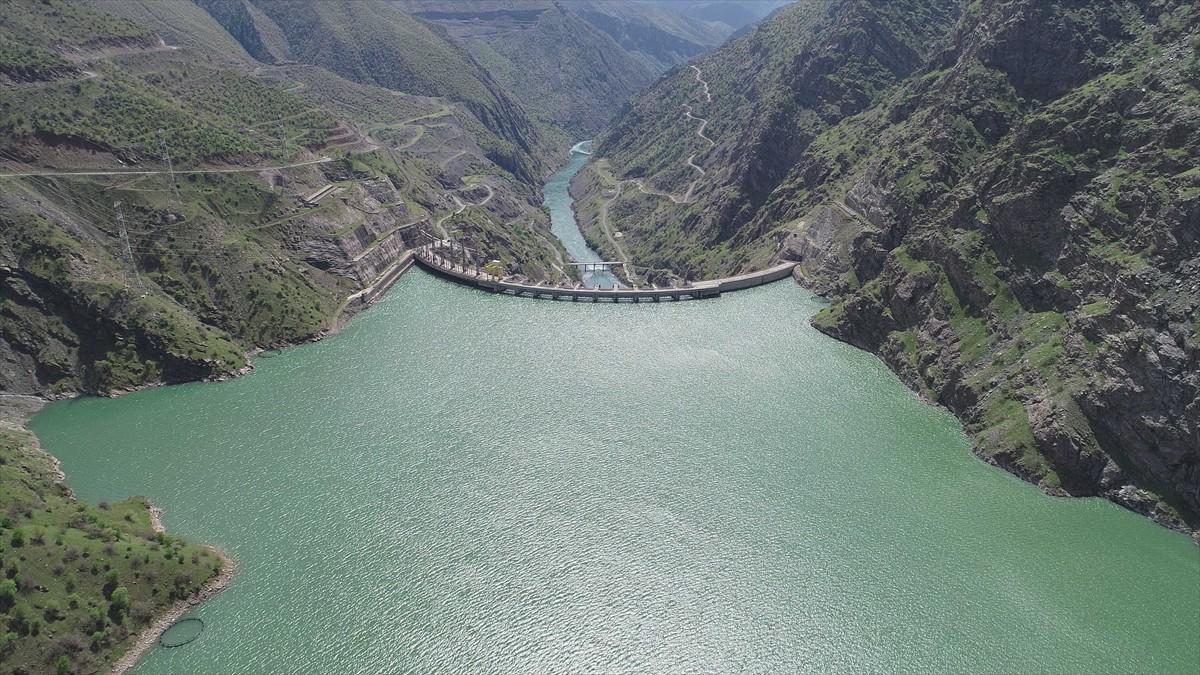 Atatürk Barajı, yıllık ortalama 6 milyar 830 milyon kilovatsaatlik üretimiyle her yıl 2 milyon 168 bin 529 konutun elektrik enerjisi ihtiyacını karşılayabilecek potansiyele sahip. Santral, 26 yılda ülke ekonomisine 150 milyar liranın üzerinde katkı sağladı.