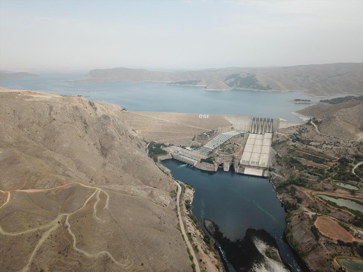 Türkiye'nin ikinci büyük HES'i olan Karakaya Barajı da Diyarbakır'ın Çüngüş ilçesinde Fırat Nehri üzerinde 1987'de işletmeye alındı. Ortalama 6 milyar 668 milyon kilovatsaat elektrik üretimiyle Karakaya, konut elektrik tüketimi açısından bakıldığında yılda 2 milyon 116 bin 926 evin ihtiyacını karşılayabiliyor.