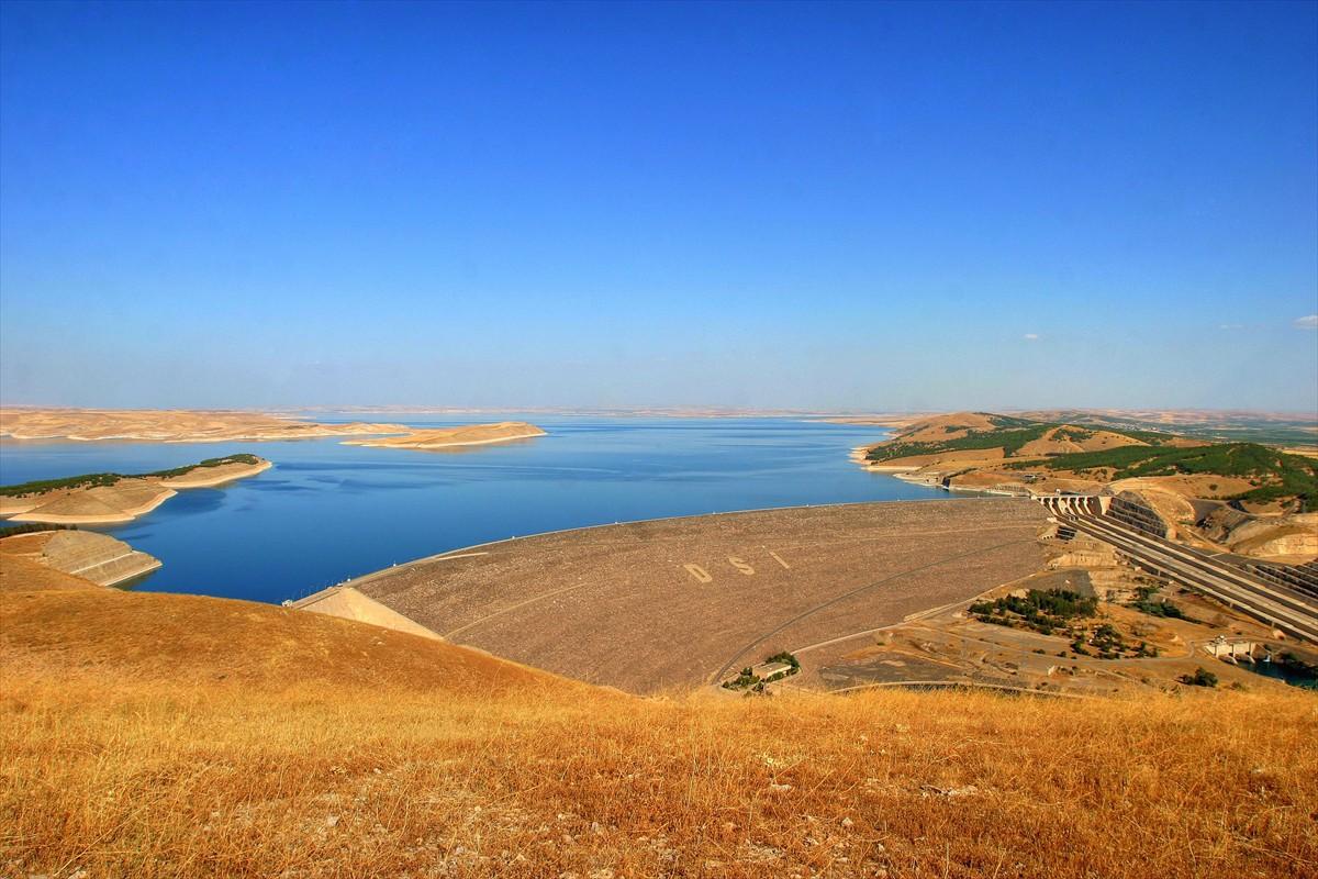 Enerji üretimi açısından Türkiye'nin en büyük üçüncü HES'i olan Keban Barajı ise adını aldığı Elazığ'ın Keban ilçesinde Fırat Nehri üzerinde 1974 yılında kuruldu. Ortalama 5 milyar 794 milyon kilovatsaat elektrik üretilen baraj, yılda 1 milyon 839 bin 659 konutun elektrik gereksinimini karşılayabilecek potansiyele sahip. Barajın, enerji üretimine başladığı günden bu yana milli ekonomiye katkısı 157.3 milyar lira olarak hesaplandı.