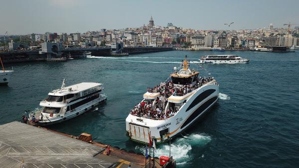 Ramazan Bayramı'nın özellikle üçüncü gününde evlerinden çıkarak, İstanbul sur içi bölgesindeki tarihi ve turistik yerleri gezmeye çalışan İstanbulluların kalabalığı objektiflere böyle yansıdı.