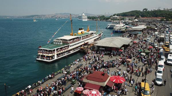 İstanbulluların bayram kalabalığı, kendisini en çok Marmaray istasyonlarında belli etti.