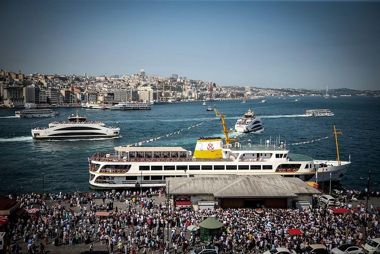 Ramazan Bayramı'nı İstanbul'da geçiren vatandaşlar, Tarihi Yarımada'nın tarihi ve turistik mekanlarına akın etti.