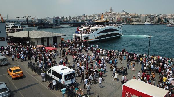 Sultanahmet'ten Eminönü'ne yürüyen vatandaşlar, daha sonra Karaköy'e gitmek için Galata Köprüsü'nden geçti.