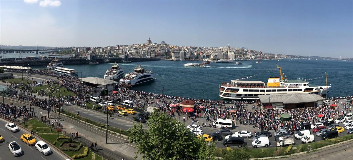 Boğaz turuna katılmak isteyen vatandaşlar, Eminönü'ndeki iskelede uzun kuyruklar oluşturdu. Turlara katılan vatandaşlar, güzel havanın ve İstanbul'un eşsiz manzarasının keyfini çıkardı.