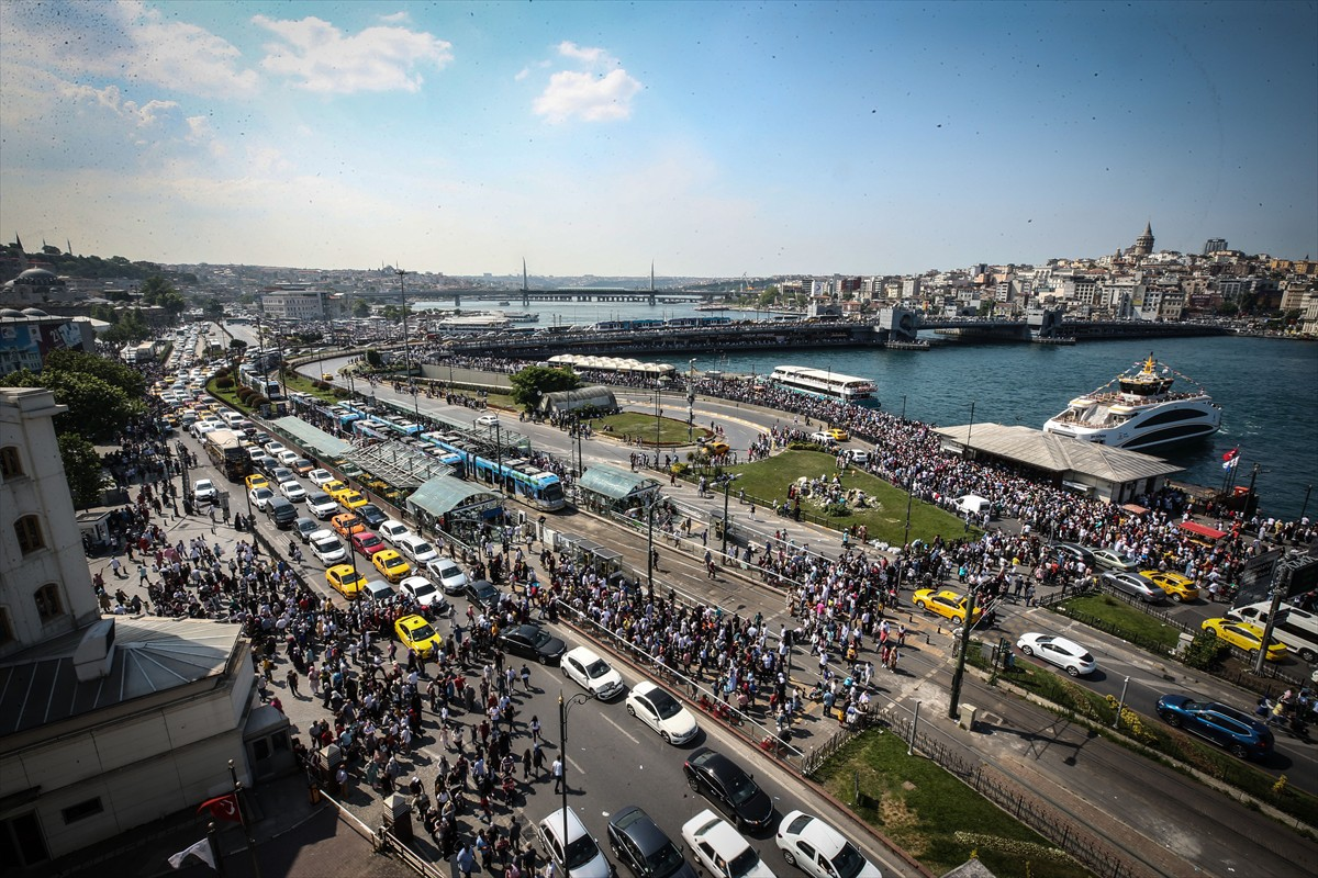 Öte yandan, İstanbul'da günlük alışverişte en çok rağbet gören semtlerden olan Tahtakale, Mahmutpaşa ve Mercan, bayram dolayısıyla daha da hareketlendi.