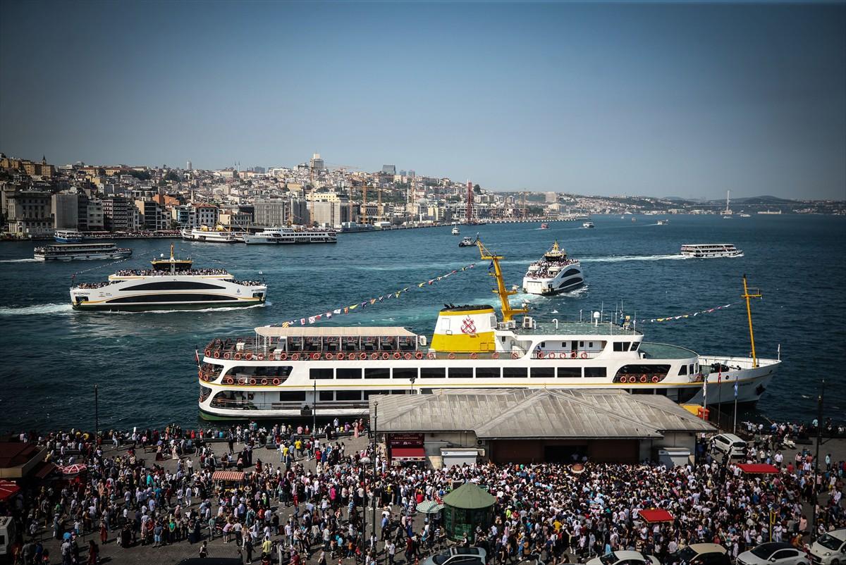 Balat, Karaköy, Galata, Tophane, Moda, Ortaköy semtlerinde de bayram yoğunluğu yaşandı.