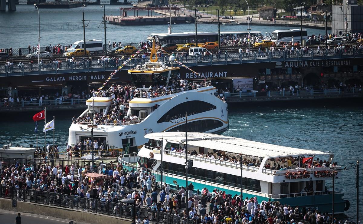 İstanbulluların gezintiye çıkmak için bayramın üçüncü gününü seçtikleri, kalabalığın yoğunluğundan belli oluyordu.