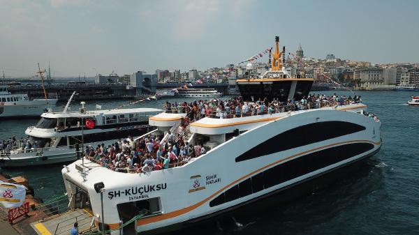 Ramazan Bayramı'nda aileleri ile birlikte İstanbul'u gezmeyi tercih edenler bol bol fotoğraf çektirerek günlerini ölümsüzleştirdiler.