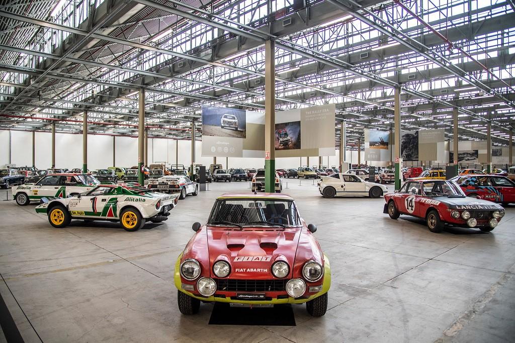 """Bina içerisinde FCA Heritage koleksiyonundan Alfa Romeo, Fiat, Lancia ve Abarth'ın 250 adet dönem otomobili, 15 bin metrekarelik alana sahip bölümde sergileniyor. Binanın orta bölümünde ise motorlu taşıtların bir asırdan daha uzun süreli gelişimini gözler önüne seren; sekiz ayrı temada farklı tür, dönem ve FCA markalarına ait 64 otomobil yer alıyor.  Ayrıca bina içerisinde Mirafiori'ye dair, açılışından itibaren geçen 80 yılın çeşitli fotoğraf ve metinlerle anlatıldığı """"Asma Sergi"""" de yer alıyor."""