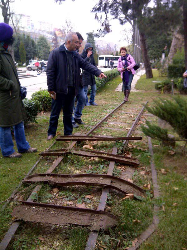 Yoğun ilgi ile izlenen geziler önce kalıntıların bulunduğu belediye binasının bahçesinde başlıyor.