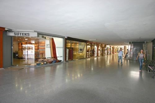 Çarşının içindeki dükkanlar 15-20 metre gibi derinliklerde olduğu için her iki ceplerden tam ışık almaları sağlandı. Dışa bakan cephelerin bu tür bir kafesle kapanması, hem ışık almayı sağlamış, hem de mimari bütünlüğün sağlanması amaçlandı.