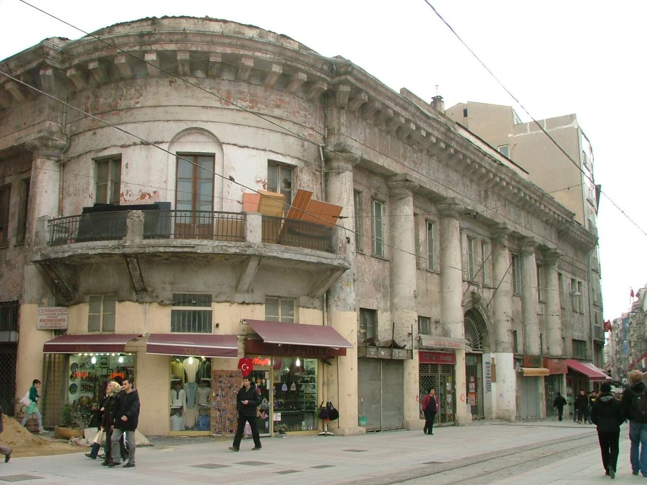 1800'lü yılların sonlarında Rus Elçiliği'nin hizmet binaları olarak inşa edilen Narmanlı Han, İstanbul'un tarihi yerleşim alanlarından Beyoğlu'nda yer alıyor.