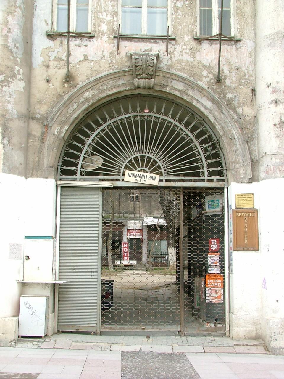 Han, 20'nci yüzyıl başlarına kadar çeşitli eklemelerle genişletildi. 1933'te Narmanlı ailesine satılan binalar, daha sonra mağaza, büro, konut ve sanat atölyesi olarak kullanıldı.