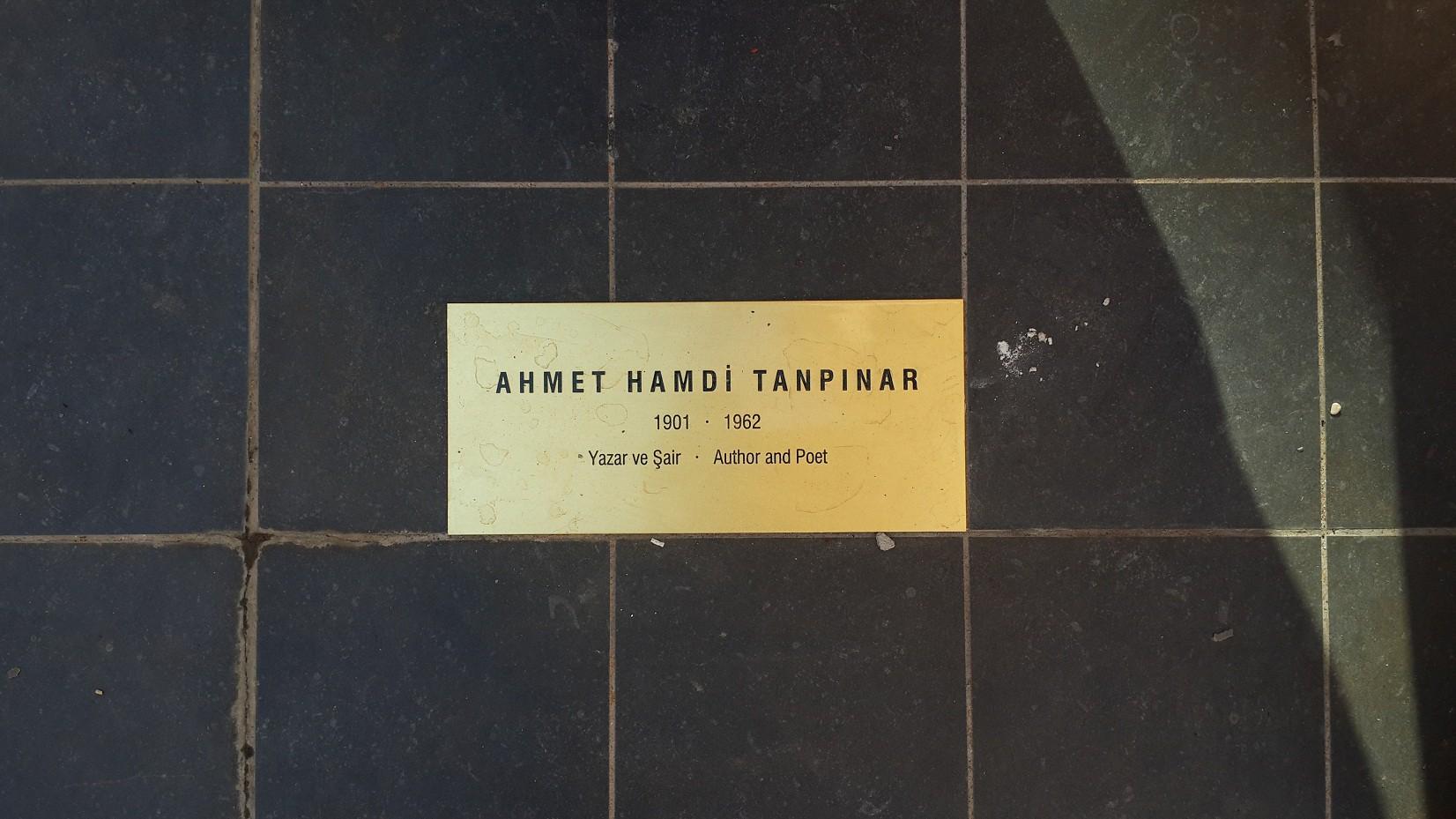 Sair ve Yazar Ahmet Hamdi Tanpınar'ın heykeli ile karşılaşmak büyük bir heyecandı. Onun gibi bu handa daha önce çalışma ofisi olmuş unutulmaz isimlerin heykelleri, hatta hanla bütünleşmiş kedilerin de heykellerini görmek hanın onca değişen mimarisinin verdiği şaşkınlığına sıcaklığını bırakmıştı.