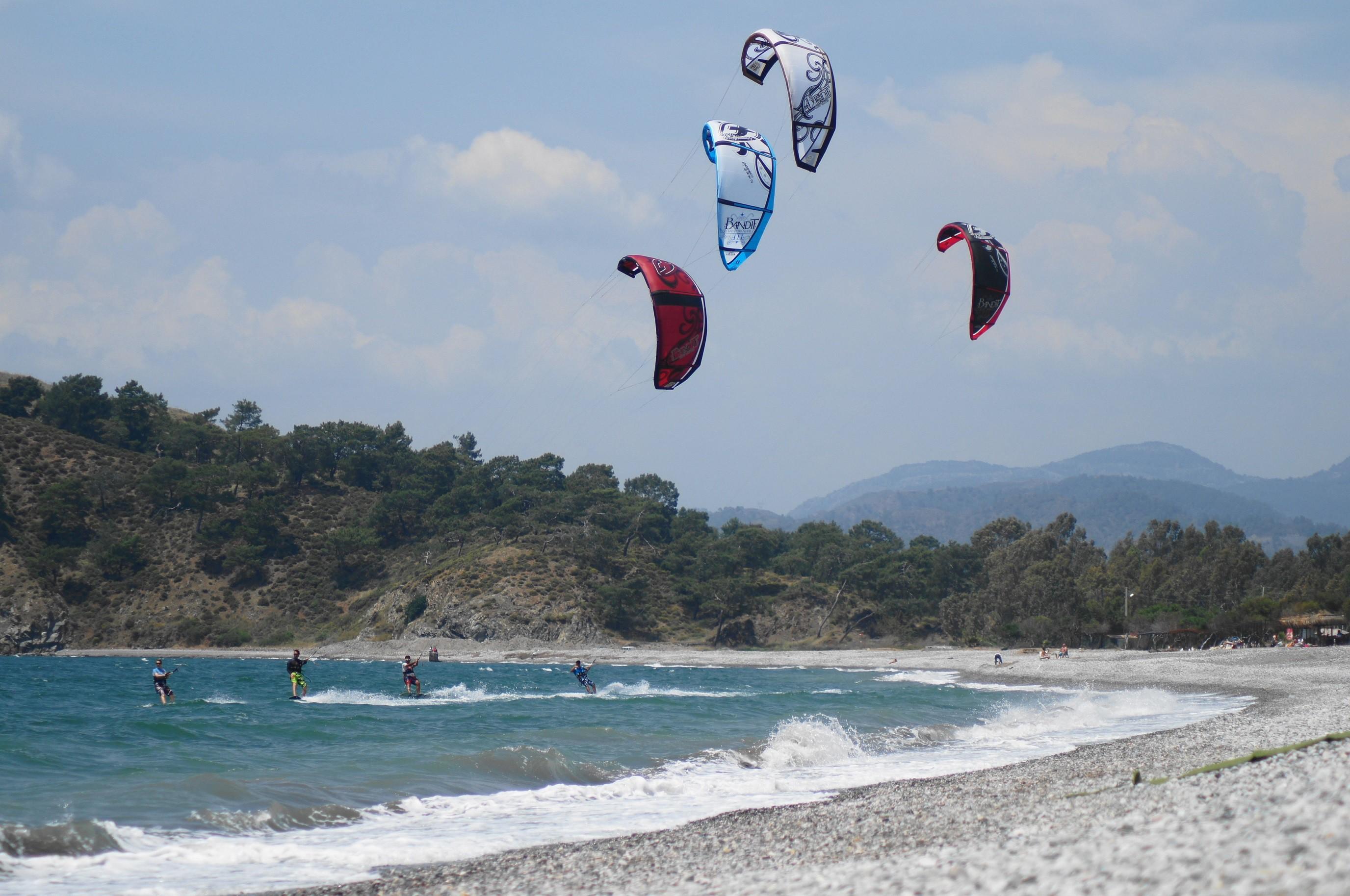 Kitesurf nerede yapılır sorusu sorulunca ise akla gelen ilk yer Fethiye Bölgesi olarak karşımıza çıkıyor. Kitesurf dahil birçok su sporuna da ev sahipliği yapan Fethiye'nin, özellikle de Çalış bölgesinin Kitesurf için tercih edilmesinin en önemli sebebi; yeterli derecede dalgalı ve rüzgarlı olması. Ayrıca sıcak havası ile sörf elbisesi giymeye gerek kalmadan rüzgara karşı özgürce bu sporun tadına varılabilir.