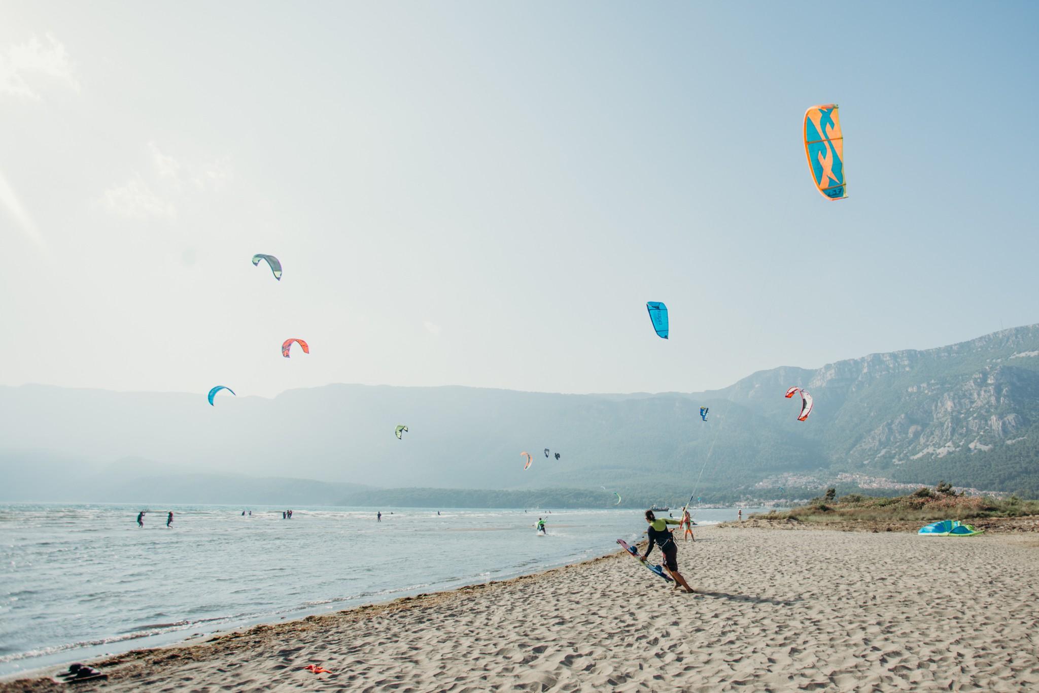 Kitesurf, heyecanı doruklarında yaşamak, denizi ve rüzgarı bir başka şekilde deneyimlemek isteyen tatilciler için bulunmaz bir fırsat. Tatil dönemini alışılmışın dışında geçirmek isteyen, aynı zamanda doğanın ve sporun birleştiği aktivitelerden yararlanma fırsatını kaçırmak istemeyen tatilciler, yola koyulmadan önce hazırlıklarını yapıyor. Bu anlamda özelikle Türkiye'nin en önemli tatil beldelerinden biri olan Fethiye, Kitesurf'ün yanı sıra diğer sporlar için de tercih edilen bir destinasyon olarak iddiasını ortaya koyuyor.