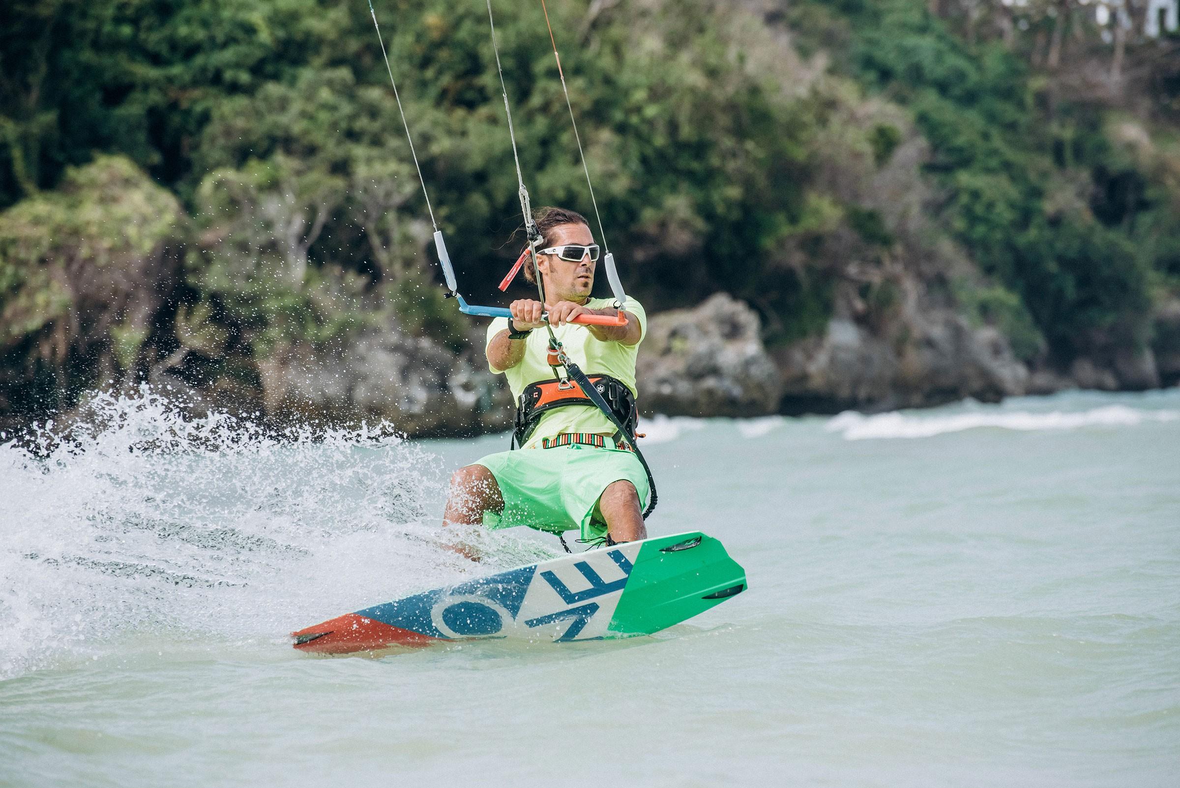 RÜZGAR VE HIZIN SEVDASI KİTESURF / En sade şekli ile 'su üzerinde bir board ile uçurtmaya bağlı yapılan bir spor' olarak tanımlayabileceğimiz Kitesurf su sporu, yaz tatilinizi rüzgar, deniz ve uçurtma ile keyiflendirebileceğiniz eşsiz bir fırsat. Kitesurf ya da diğer bir deyişle Kiteboard, dünyanın en hızla yayılan belki de en popüler sporu. Kitesurf ile yer çekimine meydan okuyup çok yükseklere sıçrayabilir ve rüzgarın hızına karşı gelerek denizin üstünde kayabilirsiniz. Aynı zamanda adrenalin tutkunları için vazgeçilmez olan bu spor size adrenalin hissini de sonuna kadar yaşatmayı vaat ediyor.