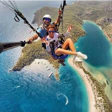 Ve tabii ki yine başta Fethiye olmak üzere ege ve güney sahillerinde yamaç paraşütü ile atlamak da çok moda.