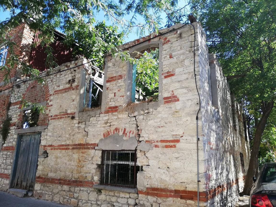 Fenerbahçe Üniversitesi'nin kuleli binasının olduğu yerde eski mahalle başlıyor. Eski Foça gibi. 19'uncu yüzyılda yaşamış Selim Paşa tarafından yaptırılan çeşme ve aslında etrafında eski bir su sarnıcı olduğu söyleniyor.