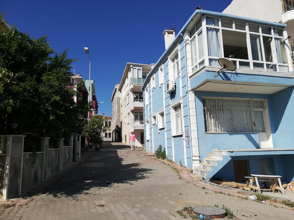 Eski mahallede dolaştıkça yollar yokuşlaşıyor, sokaklar darlaşıyor.