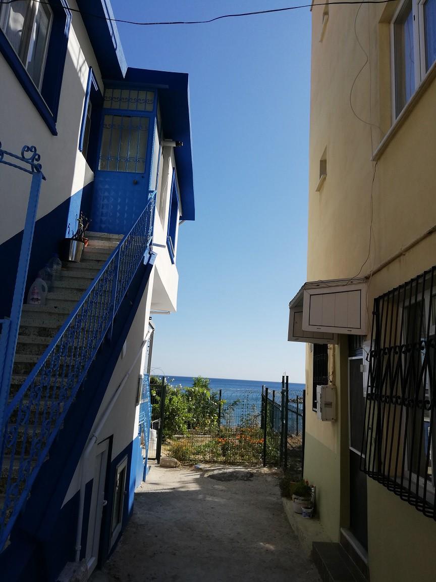 Burada da her sokaktaki aynı sonla karşılaşıyoruz. Her sokak mutlaka maviye açılıyor.