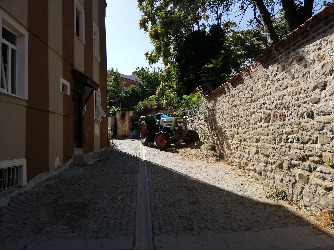 Tarım kentinde dolaşırken kapının önünde park etmiş bir traktör, insana hiç de yabancı gelmiyor.
