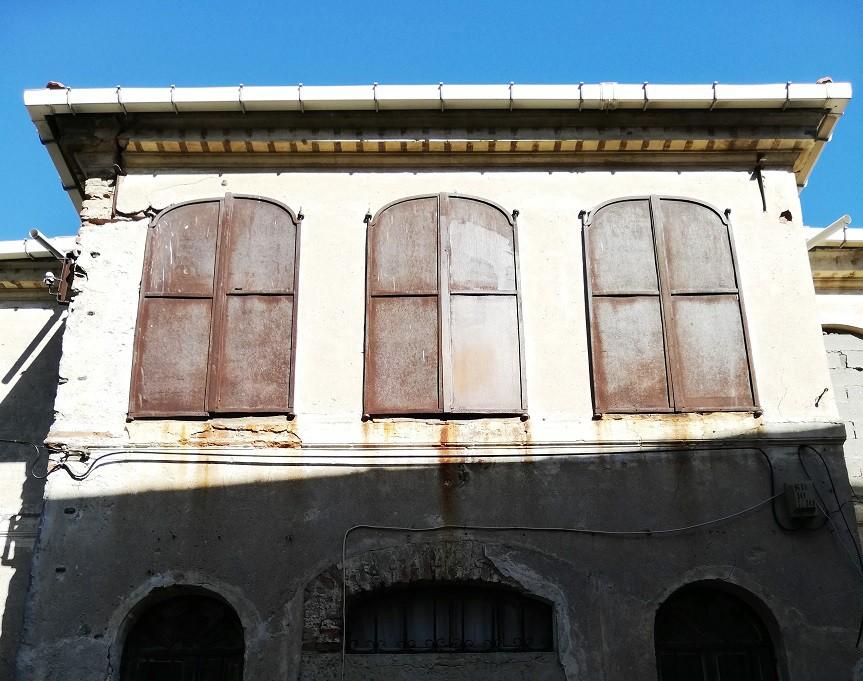 Sahile yakın evlerin pencereleri Foça ya da Akçay evlerinde olduğu gibi çift aşamalı korunmuş. Ama burada onlarda olduğu gibi ahşap malzemeden değil metalden yararlanılmış. Kışları daha çetin geçtiğini buradan da tahmin edebiliyorsun.