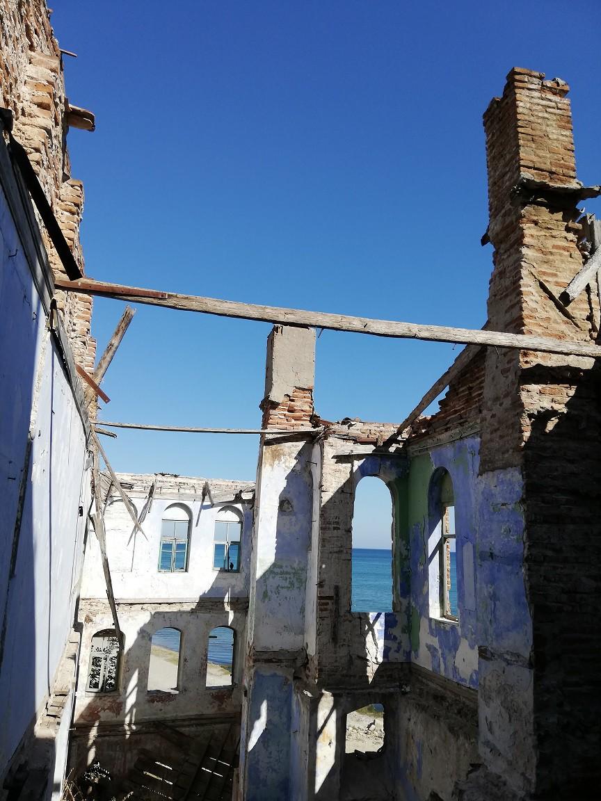 Kurtarılmayı bekleyen esirler gibi binaların pencerelerinin eşsiz manzarasından bakmak isteği.