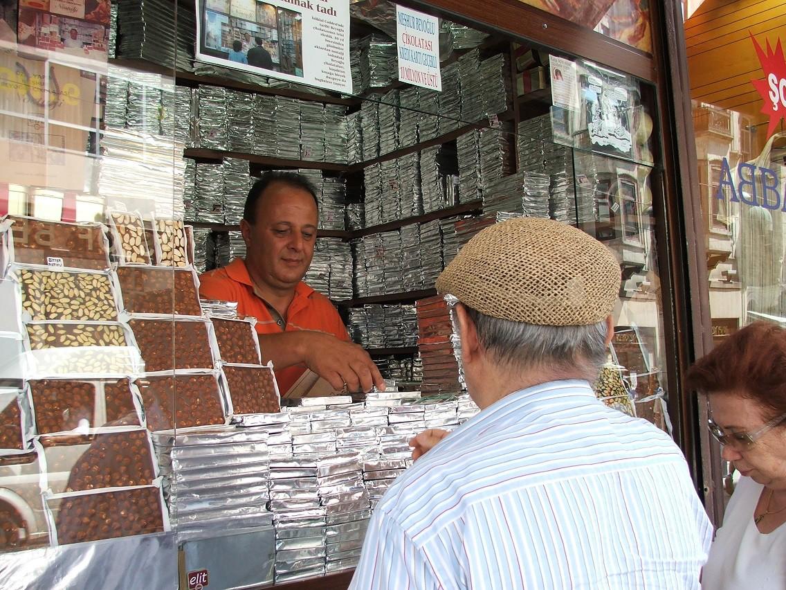 Bunların arasında kurumsal olmasa da benim de sıklıkla gittiğim Eminönü'ndeki balık ekmek tekneleri de unutulmamalı. Ayrıca Beyoğlu Çikolatacısını da hiç yabana atmamalı. Ve daha niceleri… / Fotoğraf: Beyoğlu Çikolatacısı