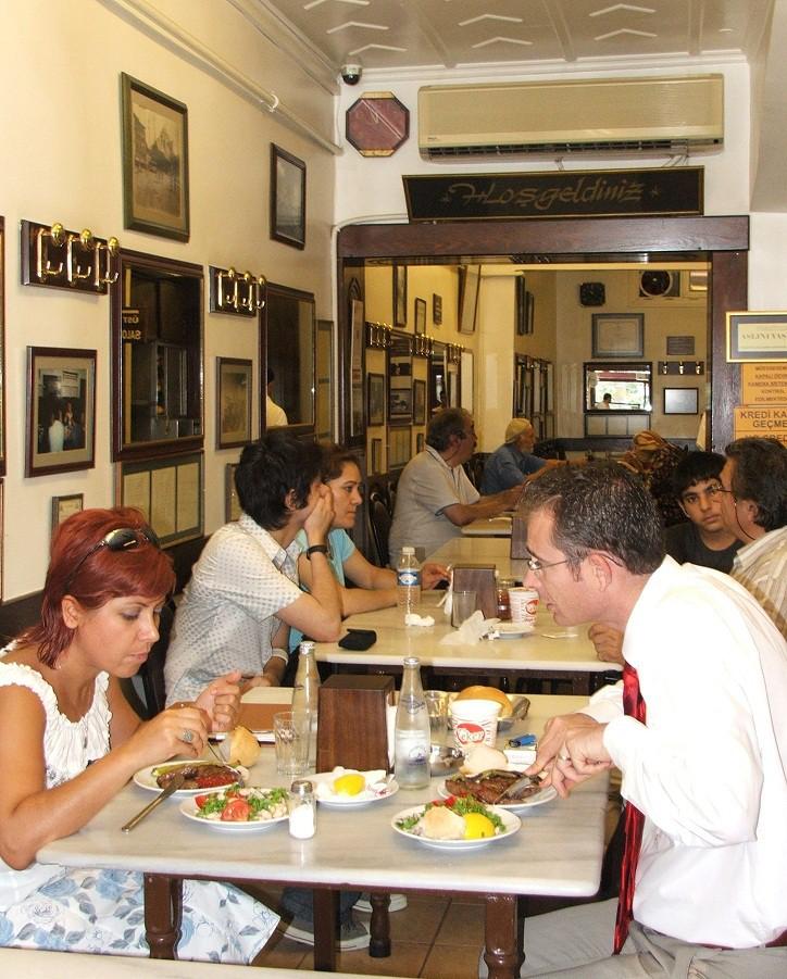 Sultanahmet Köftecisi, 1920 yılında kuruldu. Asırlık olmasına bir yıl var ama o da İstanbul denince akıllara gelen tatlardan.