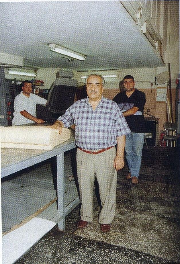 ÖMER DÖŞER / YETİŞTİRDİĞİ ÇIRAK VE KALFALARIN SAYISI BİLİNMİYOR / Erzurum doğumlu olan Ömer Döşer 1952 yılında İstanbul'a geldi, Taksim Talimhane bölgesinde zamanın çok değerli ustalarından olan Artin Usta'nın yanında çalışmaya başladı. 1966 yılında Şişli'de kendisine ait bir iş yeri açtı. Sokak aralarında park yeri olduğu ve dükkanların geniş olmamasından dolayı 1975 yılında Maslak'taki Oto Sanayi Sitesi'nde kendi dükkanına taşındı. O zamanlarda şehrin dışında kalan ama düzenli bulduğu için taşınmayı uygun gördüğü Maslak'taki Atatürk Oto Sanayi Sitesi'ne ilk dükkan açanlardan biri olan Ömer Döşer, faaliyetlerine burada devam etti. Meslek hayatı boyunca işini hep çok severek yaptı. Sayısını bilemeyecek kadar kalfa ve usta yetiştirdi.