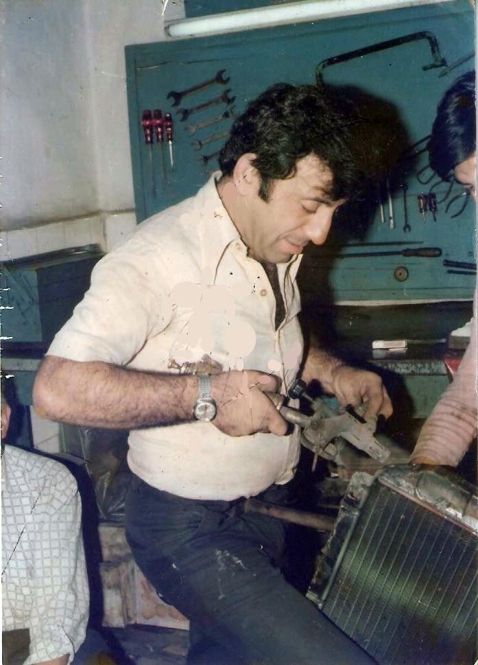"""HÜSEYİN ERTEN / İLK KLİMA SERVİSİNİ KURDU / Hüseyin Erten, 1 Şubat 1942 yılında İstanbul'un Feriköy semtinde dünyaya geldi. İlkokul eğitimini Feriköy Taş Mektep'te alan Hüseyin Erten, 1949 yılında okuldan ayrılıp Tarlabaşı, Hüseyin Ağa Sokak'ta bulunan radyatör ustası Ali Yöntem'e ait """"Yöntem Radyatör ve Kalorifer"""" tamirhanesinde çalışmaya başladı. Aralıksız 8 yıl boyunca burada çalışan Hüseyin Erten, daha sonra radyatör ve kalorifer üzerine Dolapdere, Tavşan Sokak'ta kendi işyerini açtı. """"Erten Mekanik"""" adı altında açılan bu dükkan önceleri kalorifer ve radyatör tamiri üzerine çalıştı."""