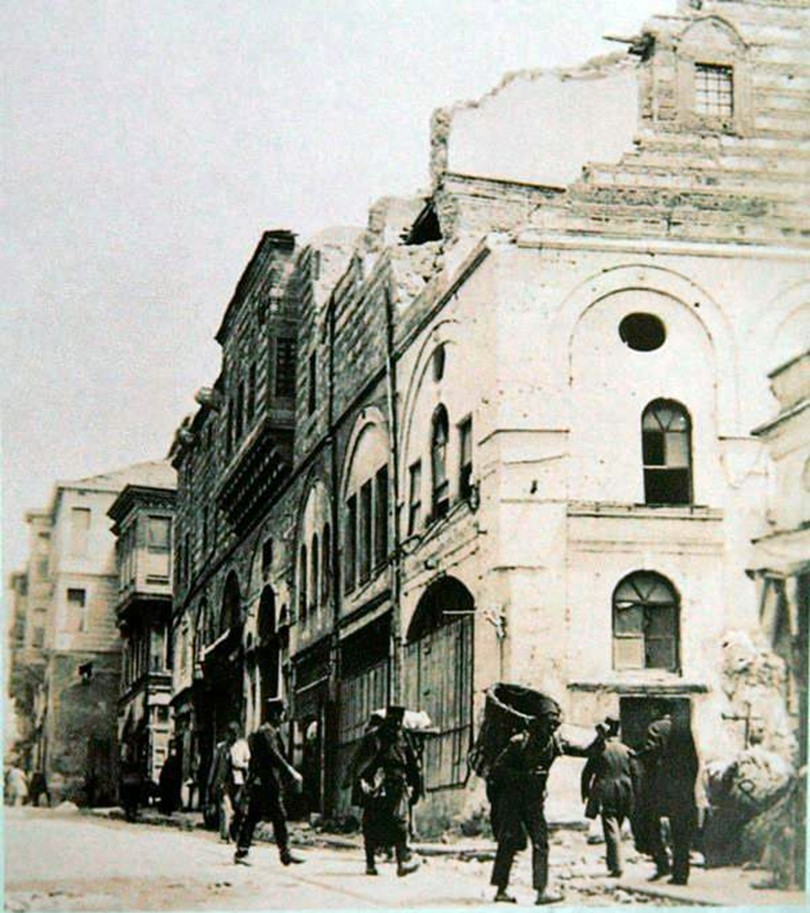DEPREM İstanbul'un afetlere direnen, yaralarını saran ve yeniden doğan öyküsü şehrin yaşanmışlıkları ve yorgunluklarına rağmen ayakta kalma savaşını gözler önüne serdiğimizde karşılaştıklarımızdan bazılarını aktaralım:  Buradaki deprem Mayıs 1719 tarihinde ikindi vakti meydana geldi. Fotoğrafta Aksaray Yokuşu'ndaki Hüseyin Paşa Hanı görülüyor.
