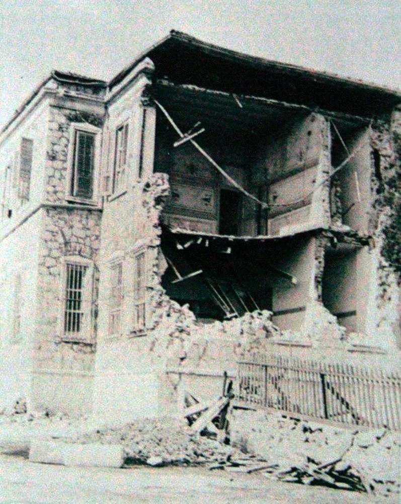 DEPREM Yaşanan afetlerden sonra bir daha yaşandığında daha az etkilenmek için şehirde alınan mimari tedbirlerin, karar niteliğindeki önlemlerin, kurtarma birimlerinin oluşturulmasının hikayesi de merak edilmeyecek gibi değil. 1719 depreminden sonra bazı arazilerde yarılma, çatlama ve çökmeler tespit edildi. Fotoğrafta Heybeli Ada'da Rum Ruhban Okulu'nun harabesi görülüyor.