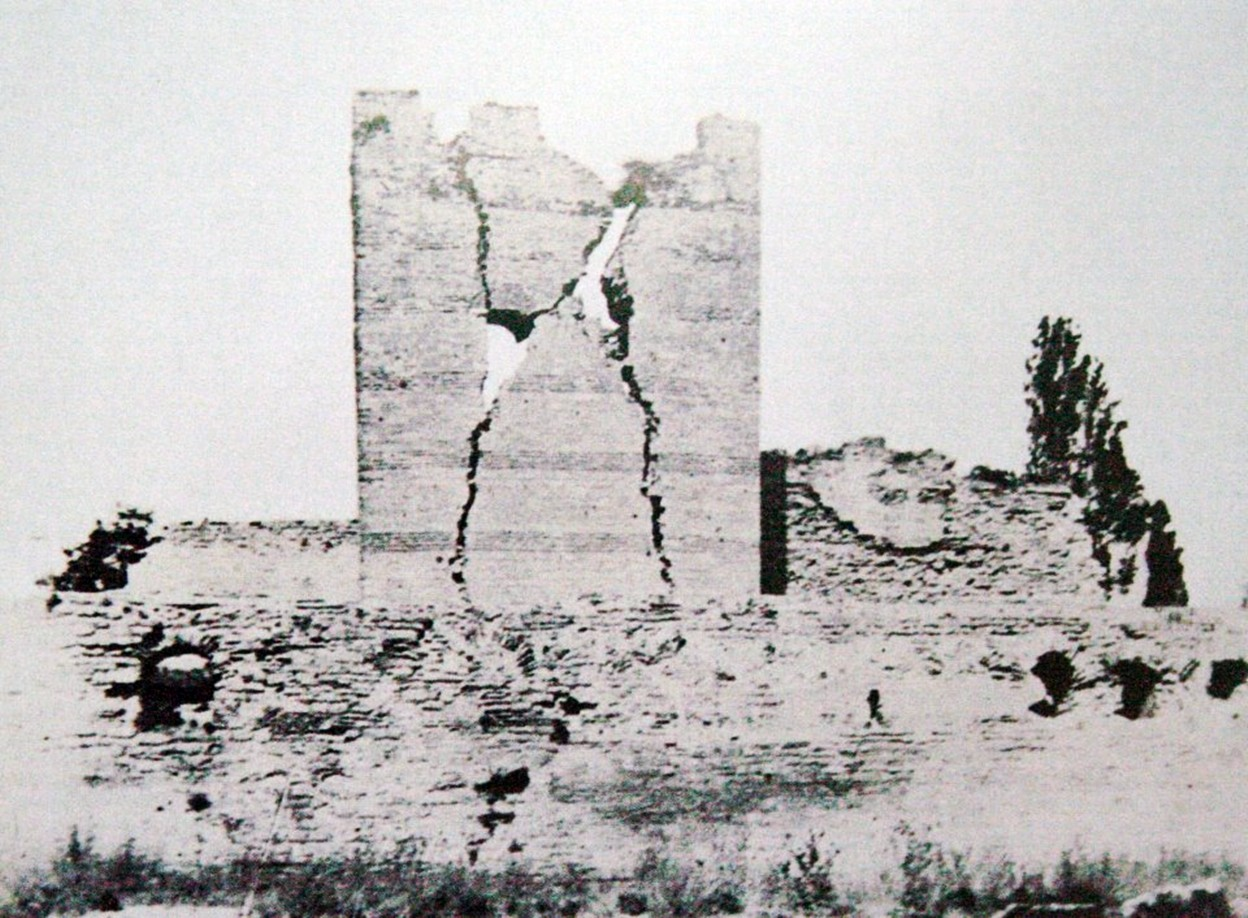 DEPREM İkinci derece deprem bölgesinde bulunan İstanbul, tarih boyunca birçok deprem geçirmiştir. İstanbul tektonik kırık (fay) üzerinde bulunmamasına rağmen, İzmit Körfezi'nden Marmara Denizi'ne bağlanan Kuzey Anadolu fay hattının çok yakınında olması nedeniyle meydana gelen depremlerden etkilenmiştir. 2 Eylül 1754'de önce ufak bir sarsıntı meydana geldi, arkasından kesik kesik ufak sarsıntılar devam etti.