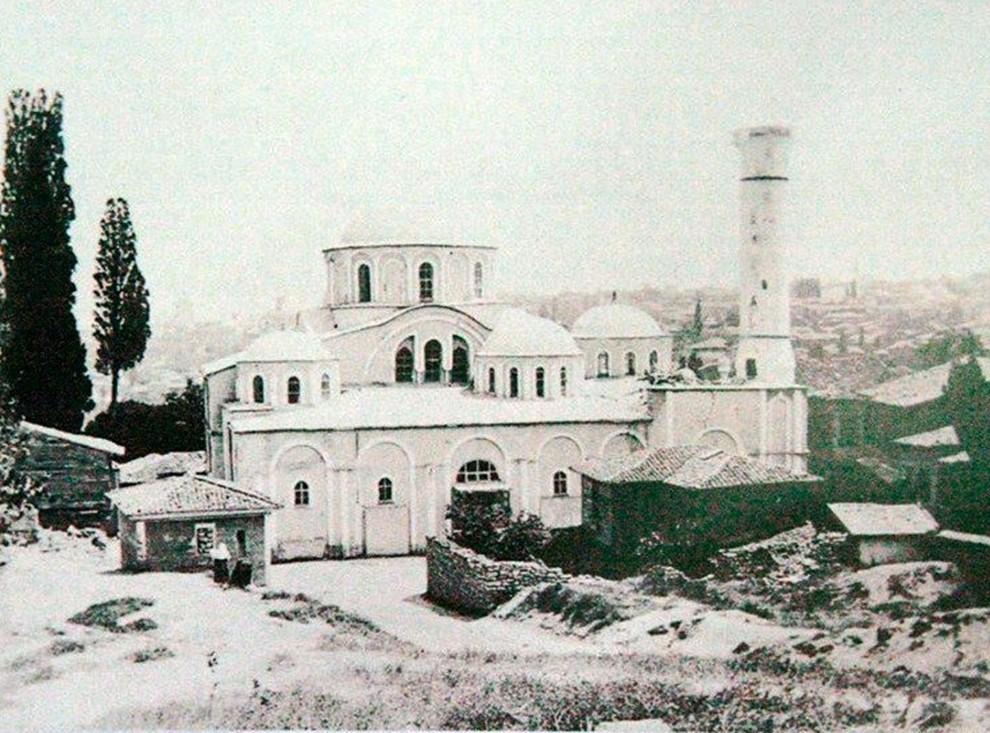 DEPREM Bu tektonik hareketler sonucu kentin zemininde çok sayıda küçük kırık oluşmuştur. Bizans Dönemi'nde İstanbul'da meydana gelen depremlerin büyük bir kısmı tarihçilerce kaydedilmiş olmakla beraber, bunların şiddet dereceleri ve verdikleri hasara ilişkin ayrıntılar çoğu kez kısıtlıdır. Bu fotoğraftaki deprem 22 Mayıs 1766 sabahı kurban bayramının 3'üncü günü güneşin doğuşundan kısa bir süre sonra gerçekleşti. Fotoğrafta sarsıntının ardından Kariye Cami görülüyor.