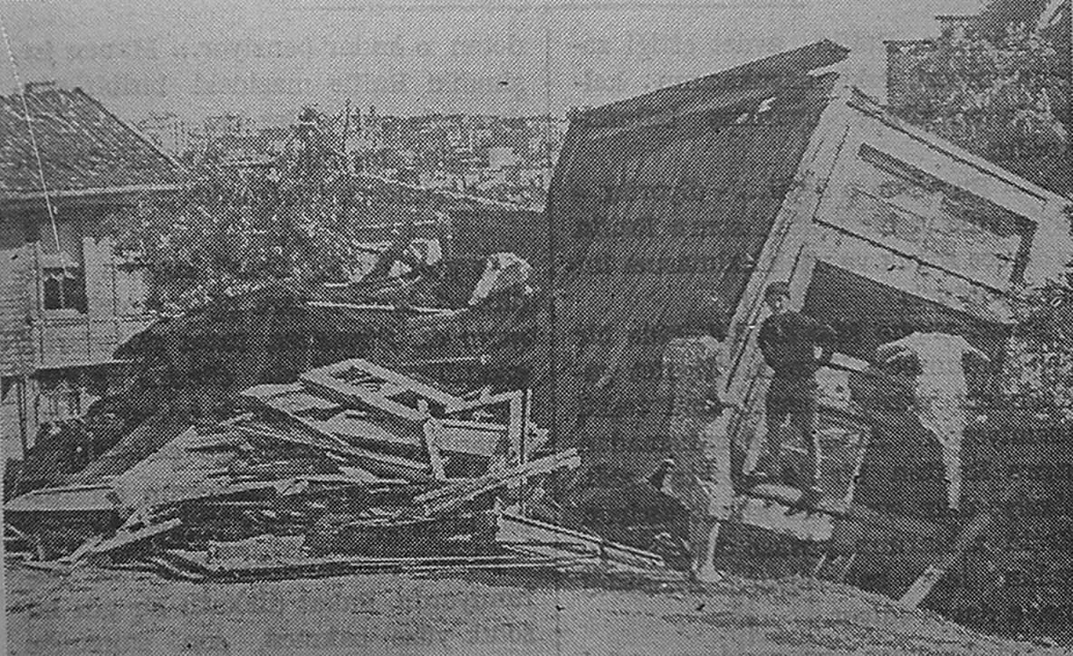 ŞİDDETLİ RÜZGAR  3 Temmuz'da İstanbul'da birdenbire kopan hortuma benzer bir rüzgar sağanağı muhtelif yerlerde hasara sebep oldu. Fotoğrafta Kurtuluş, Yenişehir'de bu şiddetli rüzgardan yıkılan bir evi gösteriliyor. (4 Temmuz 1940 Akşam Gazetesi'nden.)